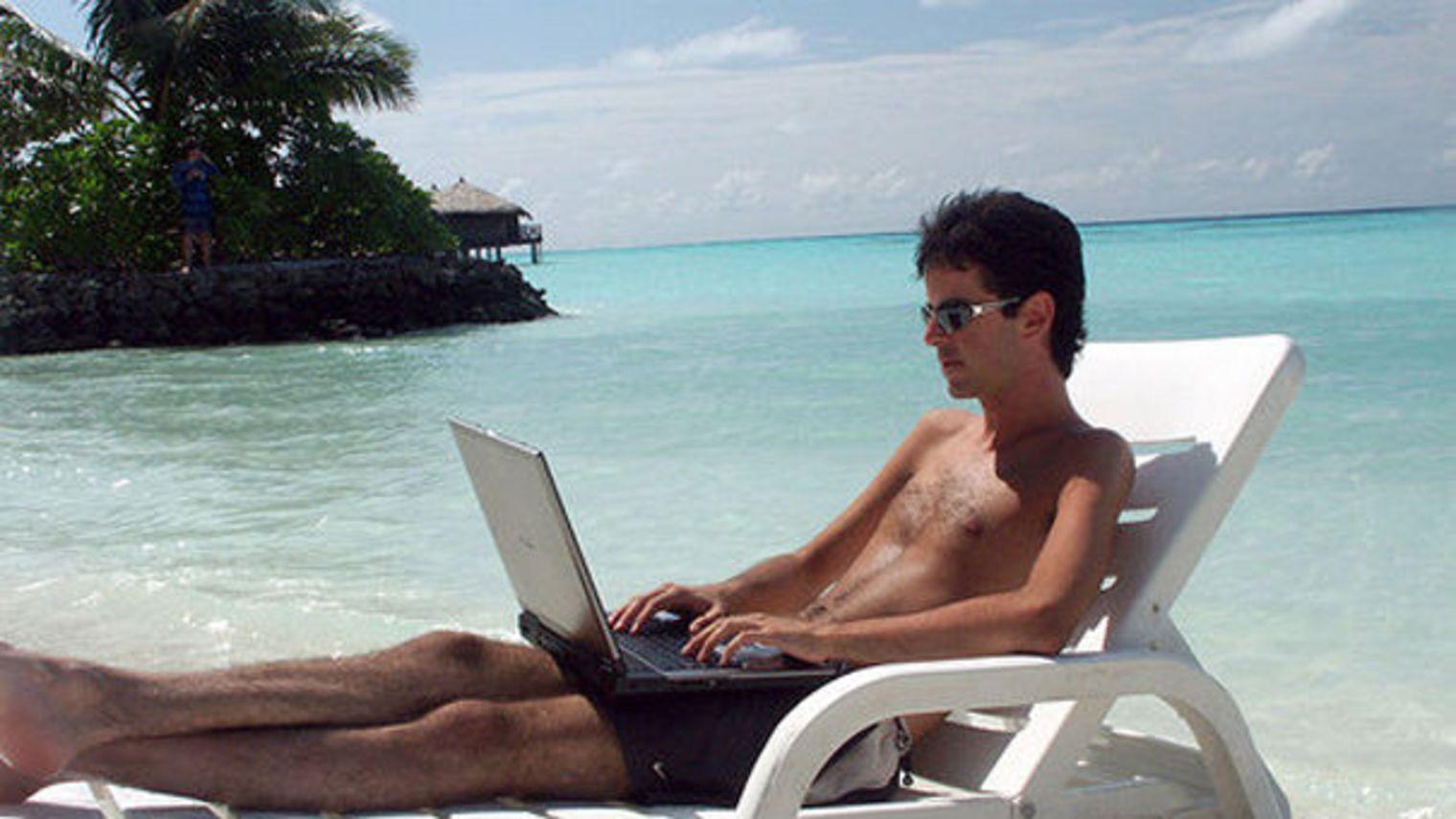 monsieur-ordinateur-transat-plage-vacances_726746